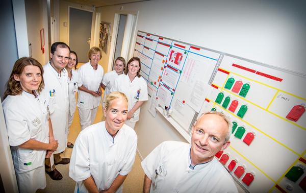 Overleg bij het Lean-bord. Rechtsonder Henk Veraart. © De beeldredaktie / Erik van der burgt